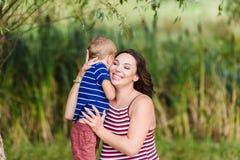 Mère heureuse et son étreindre de fils Images libres de droits