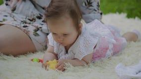 Mère heureuse jouant avec le bébé sur le couvre-lit banque de vidéos