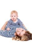 Mère heureuse jouant avec son petit fils Photo libre de droits