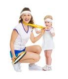 Mère heureuse montrant la médaille de bébé pour des accomplissements dans le tennis Photos libres de droits
