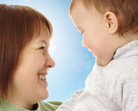 Mère heureuse regardant son enfant Image stock