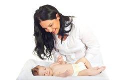 Mère heureuse s'inquiétant le bébé nouveau-né Images libres de droits