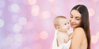Mère heureuse tenant le bébé adorable Images libres de droits