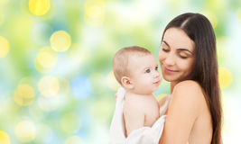 Mère heureuse tenant le bébé adorable Images stock