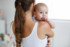 Mère heureuse tenant un fils nouveau-né dans des ses bras Photographie stock