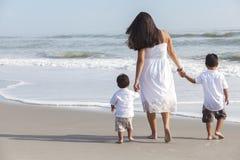 Mère hispanique et famille de deux enfants de garçon sur la plage Photographie stock libre de droits