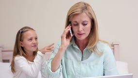 Mère ignorant sa fille faisant un appel banque de vidéos