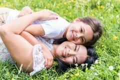 Mère insouciante étreignant son enfant avec amour Photographie stock libre de droits