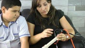 Mère instruisant son enfant pour économiser l'énergie. Concept d'énergie d'économie clips vidéos