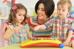 Mère jouant avec des enfants Image stock