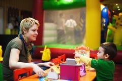Mère jouant avec l'enfant Image stock