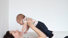 Mère jouant avec le bébé banque de vidéos