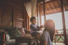 Mère jouant avec le descendant photographie stock libre de droits
