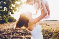 Mère jouant avec sa petite fille Images libres de droits