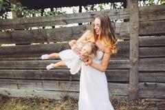 Mère jouant avec sa petite fille Photos libres de droits