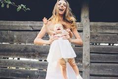 Mère jouant avec sa petite fille Photo stock