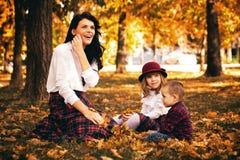 Mère jouant avec ses enfants Images stock