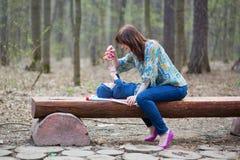Mère jouant avec son bébé dans la forêt Photographie stock