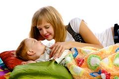 Mère jouant avec son fils Photographie stock