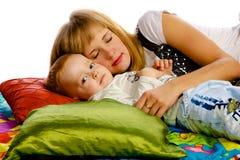 Mère jouant avec son fils Photo stock