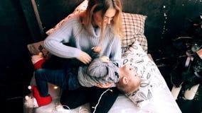 Mère jouant avec son fils banque de vidéos