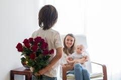 Mère, jouant avec son garçon d'enfant en bas âge et son frère plus âgé Photo stock