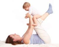 Mère jouant avec son rire de fils Photographie stock