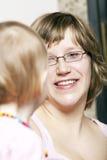 Mère joyeuse radiante regardant le petit descendant photo libre de droits