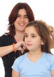 Mère latine se peignant le petit cheveu de descendant Photographie stock libre de droits