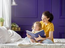 Mère lisant un livre Image libre de droits