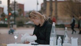 Mère mangeant le dîner avec le bébé dehors clips vidéos