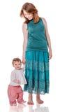 Mère marchant avec le descendant photo libre de droits