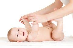 Mère massant son bébé Photo libre de droits