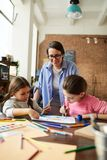 Mère moderne avec deux filles photographie stock libre de droits