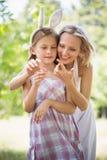Mère montrant à sa fille le petit insecte photo libre de droits