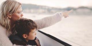 Mère montrant loin au fils en tournée de croisière Image libre de droits
