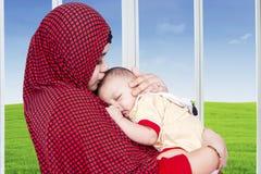 Mère musulmane et son bébé garçon à la maison Photos libres de droits