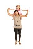 Mère offrant sur le dos à sa fille Image stock
