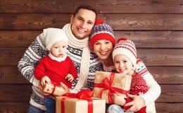 Mère, père et enfants heureux de famille avec des cadeaux de Noël dessus Images stock