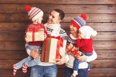 Mère, père et enfants heureux de famille avec des cadeaux de Noël dessus Photographie stock