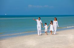 Mère, père et famille d'enfants marchant sur la plage image libre de droits
