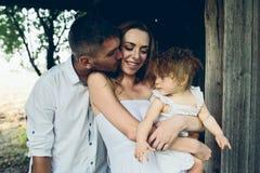 Mère, père et fille ayant ensemble l'amusement Image stock