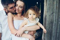 Mère, père et fille ayant ensemble l'amusement Photos stock