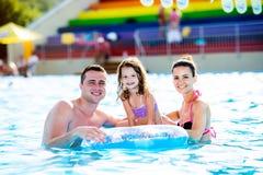 Mère, père et fille dans la piscine Été ensoleillé Photos libres de droits