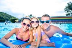Mère, père et fille dans la piscine Été ensoleillé Image stock
