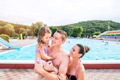Mère, père et fille près de piscine Été ensoleillé Photographie stock