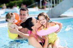 Mère, père et filles dans la piscine Été ensoleillé Photo libre de droits