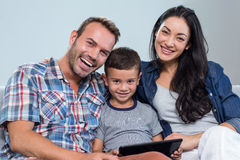 Mère, père et fils à l'aide du comprimé numérique Photo stock
