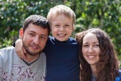 Mère, père et fils heureux photographie stock