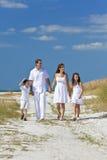 Mère, père, famille d'enfants marchant à la plage photo libre de droits